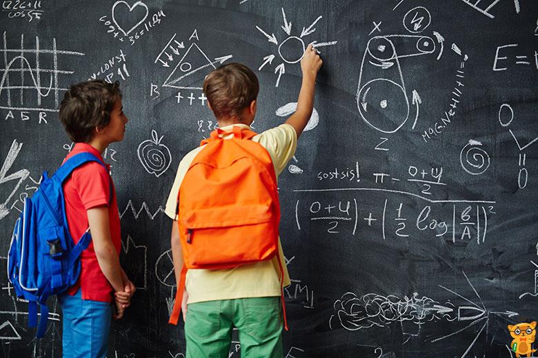 учні малюють на шкільній дошці