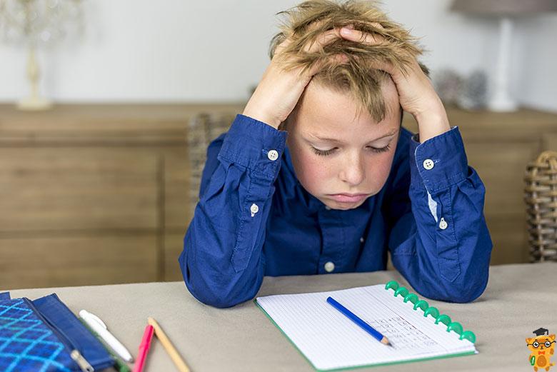 учень думає, як вирішити тест з математики