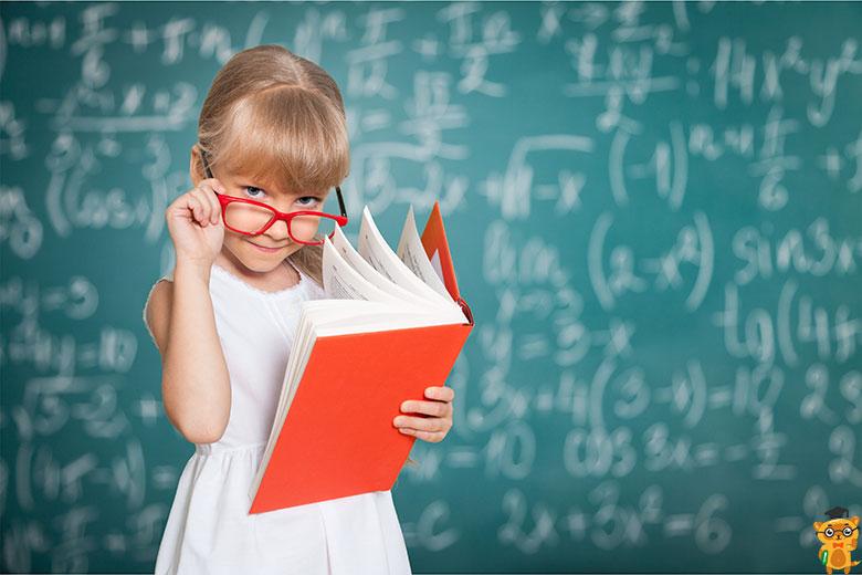 дівчинка читає класу перед шкільною дошкою