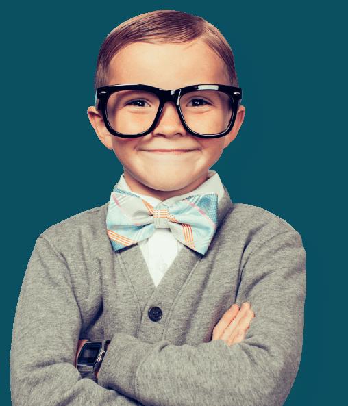 довольный мальчик в очках с бабочкой