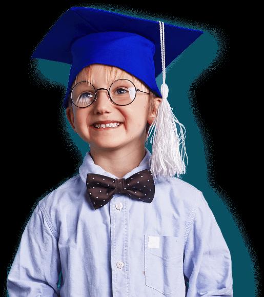 довольный мальчик в выпускной шляпе