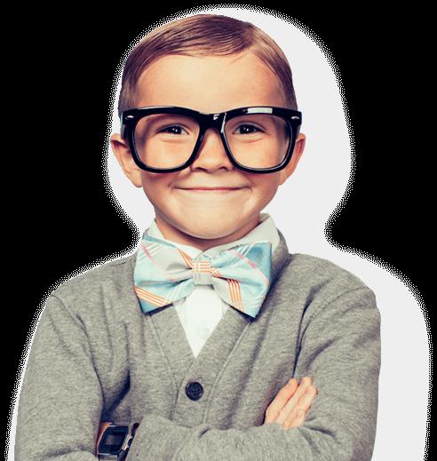 Задоволений хлопчик в окулярах
